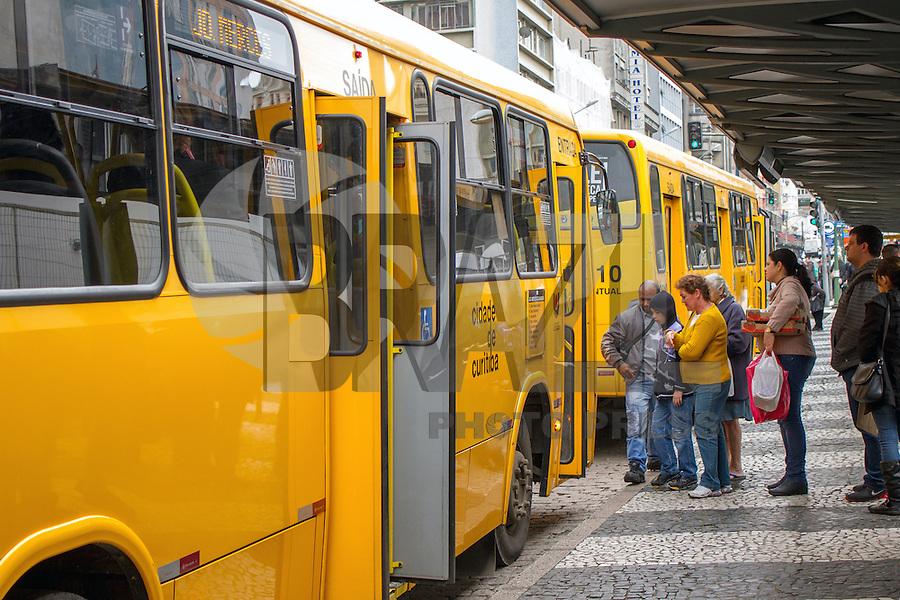 CURITBA, PR, 04.09.2013 – FRAUDE NO TRANSPORTE PÚBLICO / CPI do transporte em Curitiba, detectou irregularidades no processo de licitações do transporte coletivo, cerca de 10 empresas foram favorecidas. O edital de concessão do sistema de transporte foi lançado em 2010 pela URBS, (Urbanização de Curitiba) sem a aprovação jurídica do órgão. (Foto: Paulo Lisboa / Brazil Photo Press).