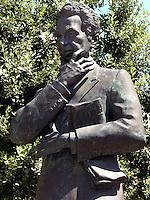 AGO 2012, Puglia, Salento, Maglie citta' natale di Aldo Moro. Statua del politico italiano.AUG 2012, Apulia, Salento, Maglie hometown of Aldo Moro. Statue of the Italian politician