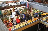 Nederland Amsterdam 2017 . 24H Zuidoost. Rondleiding in de World of Food in de Bijlmer. In de oude parkeergarage Develstein in Zuidoost is een foodcourt gerealiseerd met een line up van ruim 25 ondernemende smaakmakers met internationale streetfood gerechten. Foto Berlinda van Dam / Hollandse Hoogte