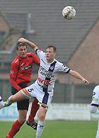 SINT ELOOIS WINKEL SPORT - RC HARELBEKE :<br /> kopbalduel tussen Jeroen Vlieghe (R) en Mathias Velghe (L)<br /> <br /> Foto VDB / Bart Vandenbroucke