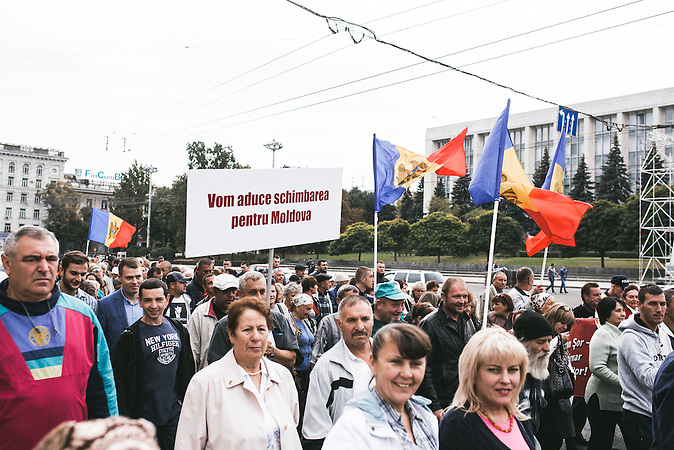 """""""Für Veränderung in Moldau"""" lässt sich auf den Plakaten eines Protestmarsches vor dem Regierungsgebäude in Chișinău lesen.Viele Menschen fühlen sich von den moldawischen Politikern verraten und gehen auf die Straßen, um dies auch zu zeigen.  / Vor der Präsidentenwahl in der Republik Moldau"""