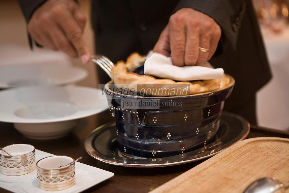 """Europe/France/Alsace/68/Haut-Rhin/Kaysersberg: Service du baeckoffa de foie gras au lard, cuit en cocotte Staub recette d' Olivier Nasti du restaurant """"Le Chambard """""""