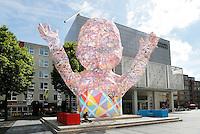Nederland Rotterdam 2016. Rotterdam Viert de Stad. Een groot beeld van een peuter siert vanaf 20 maart het Rotterdamse Schouwburgplein. Het beeld is onderdeel van een interactieve licht- en laserinstallatie die wordt gebruikt rondom de festiviteiten van 75 jaar wederopbouw. Foto Berlinda van Dam / Hollandse Hoogte