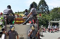 ATENCAO EDITOR IMAGENS EMBAGADAS PARA VEICULOS INTERNACIONAIS - SAO PAULO, SP, 30 SETEMBRO 2012 - VELORIO HEBE CAMARGO - Caixão com o corpo de Hebe Camargo deixa o Palacio do Governo com destino ao cemitério Ghetsemani onde será enterrado . Hebe morreu ontem aos 83 anos, de parada cardíaca, na sua casa no bairro do Morumbi, na capital paulista. Diagnosticada com câncer no peritônio em janeiro de 2010, ela lutava contra a doença desde então. (FOTO: LEVI BIANCO / BRAZIL PHOTO PRESS).
