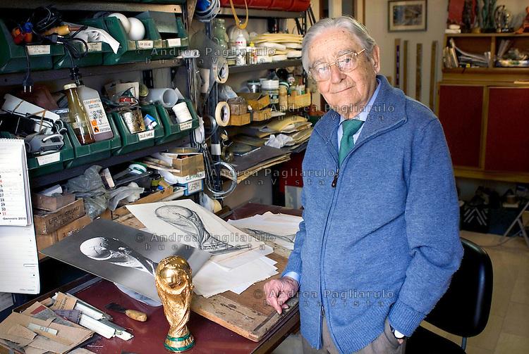 Milano, l'orafo e scultore Silvio Gazzaniga, creatore della Coppa Del Mondo FIFA,  nel suo studio.<br /> Milan, the Italian sculptor Silvio Gazzaniga in his house where conceived and designed The FIFA World Cup.