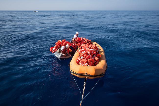 Sea Watch-2.<br /> Die Sea Watch-2 bei ihrer 13. SAR-Mission vor der libyschen Kueste.<br /> Im Bild: Ein Schlauchboot der Sea Watch-2 auf dem die Rettungswesten zu den Schlauchbooten der Gefluechteten transportiert werden.<br /> Im Hintergrund links ein spanisches Kriegsschiff der Frontex-Mission. Es hat die Rettung der Menschen (im Schlauchboot hinten rechts) beobachtet und anschliessend die leeren Schlauchboote in Brand gesetzt.<br /> 20.10.2016, Mediterranean Sea<br /> Copyright: Christian-Ditsch.de<br /> [Inhaltsveraendernde Manipulation des Fotos nur nach ausdruecklicher Genehmigung des Fotografen. Vereinbarungen ueber Abtretung von Persoenlichkeitsrechten/Model Release der abgebildeten Person/Personen liegen nicht vor. NO MODEL RELEASE! Nur fuer Redaktionelle Zwecke. Don't publish without copyright Christian-Ditsch.de, Veroeffentlichung nur mit Fotografennennung, sowie gegen Honorar, MwSt. und Beleg. Konto: I N G - D i B a, IBAN DE58500105175400192269, BIC INGDDEFFXXX, Kontakt: post@christian-ditsch.de<br /> Bei der Bearbeitung der Dateiinformationen darf die Urheberkennzeichnung in den EXIF- und  IPTC-Daten nicht entfernt werden, diese sind in digitalen Medien nach &sect;95c UrhG rechtlich geschuetzt. Der Urhebervermerk wird gemaess &sect;13 UrhG verlangt.]