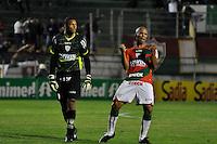 SÃO PAULO, SP, 29 DE AGOSTO DE 2012 - CAMPEONATO BRASILEIRO - PORTUGUESA x PALMEIRAS:  Valdomiro (d) e Dida (e) comemoram gol de Bruno Mineiro durante partida Portuguesa x Palmeiras, válida pela 20ª rodada do Campeonato Brasileiro de 2012 no Estádio do Canindé. FOTO: LEVI BIANCO - BRAZIL PHOTO PRESS