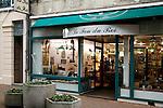 """20080109 - France - Aquitaine - Pau<br /> UN DES LIEUX FETICHES DE BAYROU A PAU : LE MAGASIN DE BEAUX JEUX """"LE FOU DU ROI""""<br /> Ref : FOU_DU_ROI_001.jpg - © Philippe Noisette."""