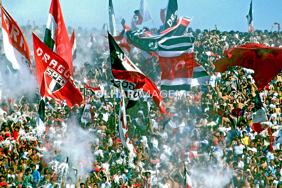 Torcida do São Paulo em jogo de futebol no estádio do Morumbi. São Paulo.  1993. Foto de Daniel Augusto Jr.
