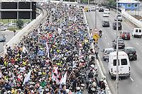 SAO PAULO,SP, 01 DE FEVEREIRO 2013 CIDADES - PROTESTO MOTOBOY - Concentração NA Av 23 de maio sentido centro de  São Paulo (SP), para realização de protesto na manhã desta sexta-feira (01). As novas regras de segurança para motofrentistas começam a valer neste sábado (2), mas apenas 21 mil dos 500 mil profissionais do estado de São Paulo fizeram o curso obrigatório. Segundo o sindicato, a baixa adesão se deve aos gastos com o curso e com os itens de segurança. FOTO ADRIANO LIMA / BRAZIL PHOTO PRESS).
