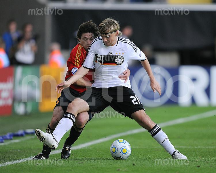 Fussball  International U 21 Europameisterschaft 2009 Spanien - Deutschland Marcel Schmelzer (re, GER) gegen  Sisi (ESP)