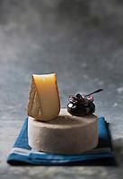 Europe/France/Aquitaine/64/Pyrénées-Atlantiques: Fromage  AOC Ossau-Iraty ,fromage au lait de brebis -  avec de la confiture de cerises noire d'Itxassou.  - Stylisme : Valérie LHOMME