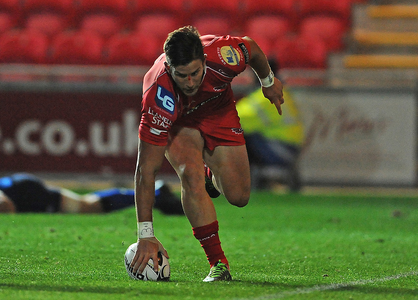 Scarlets' DTH van der Merwe scores his sides second try<br /> <br /> Photographer Ian Cook/CameraSport<br /> <br /> Rugby Union - Guinness PRO12 - Scarlets v Leinster - Friday 16th October 2015 - Parc y Scarlets - Llanelli<br /> <br /> &copy; CameraSport - 43 Linden Ave. Countesthorpe. Leicester. England. LE8 5PG - Tel: +44 (0) 116 277 4147 - admin@camerasport.com - www.camerasport.com