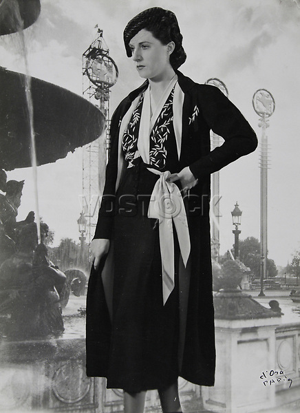 d'Ora Paris. Nachmittagsensemble aus schwarzem Crepe. Modell Nina Ricci (50703). Um 1937. Photographie.<br /> <br /> - 01.01.1937-31.12.1937<br /> <br /> Es obliegt dem Nutzer zu pr&uuml;fen, ob Rechte Dritter an den Bildinhalten der beabsichtigten Nutzung des Bildmaterials entgegen stehen.<br /> <br /> d'Ora Paris. Afternoon ensemble of black crepe. Model Nina Ricci (50703). About 1937. Photograph.<br /> <br /> - 01.01.1937-31.12.1937<br /> <br /> It is in the duty of the user of the image to clear prior to usage if any Third Party rights preclude the intended use.