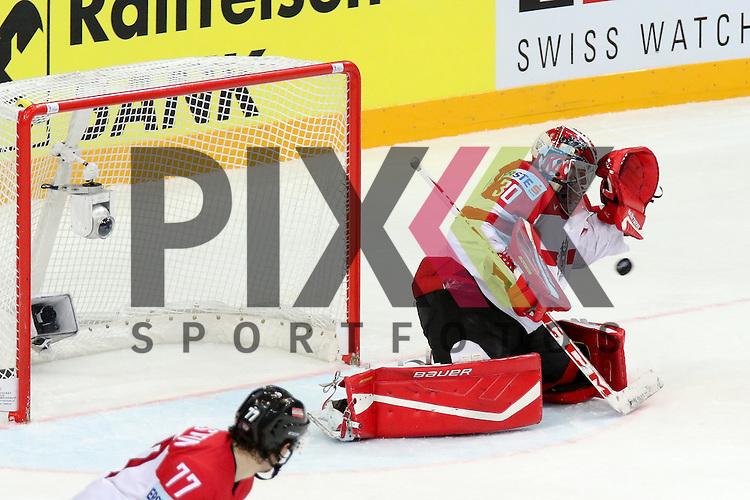 Oestereichs Swette, Rene (Nr.30) mit einer Parade kann den Puck aber nicht halten, Tor Kanada im Spiel IIHF WC15 Kanada vs. Oestereich.<br /> <br /> Foto &copy; P-I-X.org *** Foto ist honorarpflichtig! *** Auf Anfrage in hoeherer Qualitaet/Aufloesung. Belegexemplar erbeten. Veroeffentlichung ausschliesslich fuer journalistisch-publizistische Zwecke. For editorial use only.