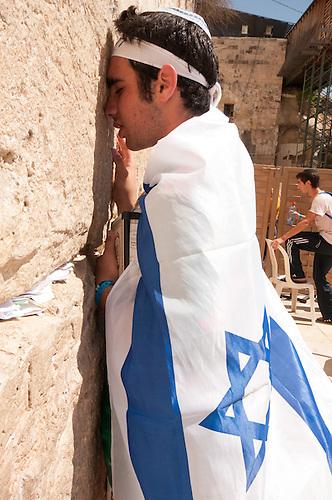 Jerusalem, 10 Mai 2011. Les Israeliens fetent le jour de la victoire contre les nazis (remembrance day), une fete nationale en Israel. Un jeune participant aux rassemenblements prie au mur des lamentations.