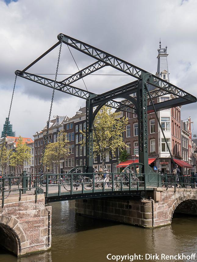 Br&uuml;cke &uuml;ber Gracht Kloveniersburgwal, Amsterdam, Provinz Nordholland, Niederlande<br /> Bridge, Gracht Kloveniersburgwal, Amsterdam, Province North Holland, Netherlands