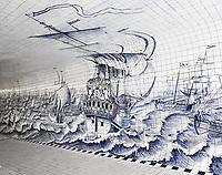 Nederland Amsterdam 2018 . Voetgangers / Fietstunnel bij Centraal Station. Een groot deel van de tunnel is betegeld met het aardewerk van de Koninklijke Tichelaar uit het Friese Makkum. Van 77.730 Delfts blauwe tegeltjes heeft grafisch ontwerpster Irma Boom een kunstwerk gemaakt dat het verleden met het heden verbindt. Het is het grootste handgeschilderde tegeltableau van Nederland. Het kunstwerk begint met een zeegezicht van Cornelis Boumeester. De voorstelling van een oorlogsschip en een haringvloot komt uit circa 1700 . Vroeger kwamen er grote zeeschepen bij het stuk waar nu de tunnel is. Foto Berlinda van Dam / Hollandse Hoogte