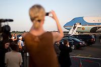 Medienvertreter beobachten am Dienstag (18.06.13) am Flughafen Tegel in Berlin die Ankunft des US-amerikanischen Praesidenten Barack Obama. <br /> Foto: Axel Schmidt/CommonLens