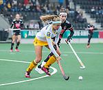 AMSTELVEEN -  Danique van der Veerdonk (DenBosch) met Eva de Goede (Adam)  tijdens de hoofdklasse hockeywedstrijd dames,  Amsterdam-Den Bosch (1-1).   COPYRIGHT KOEN SUYK