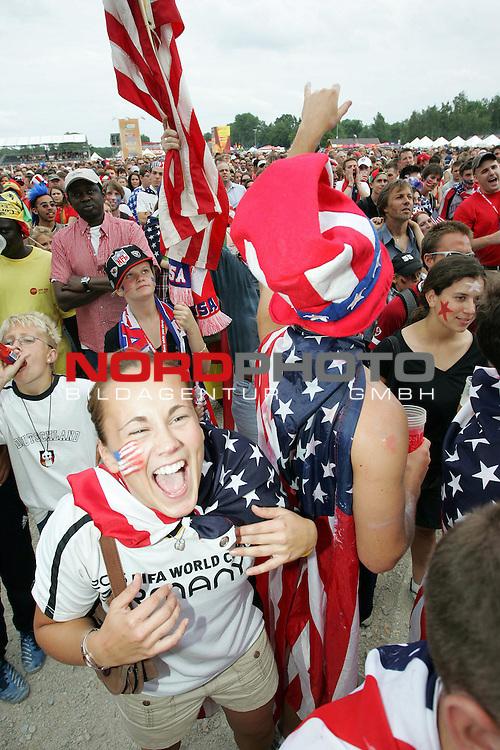 FIFA WM 2006 -  Fan Meile Nuernberg<br /> <br /> <br /> <br /> USA - Ghana<br /> <br /> <br /> <br /> USA Fans feuen sich &cedil;ber das 1:1<br /> <br /> <br /> <br /> Foto: nordphoto
