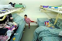 bambina iraniana nel centro per asilanti, richiedenti asilo politico,in un ex bunker a Biasca, Canton Ticino, Svizzera.