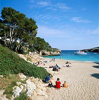 Spain, Mallorca, Cala D'or: Cala Esmeralda - Beach Scene in Spring | Spanien, Mallorca, Cala D'or: Cala Esmeralda - Strand
