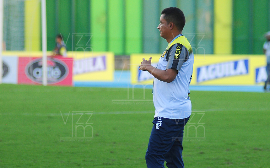 BARRANCABERMEJA - COLOMBIA, 04-08-2019: Cesar Fernando Torres técnico del Alianza gesticula durante partido por la fecha 4 de la Liga Águila II 2019 entre Alianza Petrolera y Envigado F.C. jugado en el estadio Daniel Villa Zapata de la ciudad de Barrancabermeja. / Cesar Fernando Torres coach of Envigado Petrolera gestures during match for the date 4 as part of Aguila League II 2019 between Alianza Petrolera and Envigado F.C. played at Daniel Villa Zapata stadium in Barrancabermeja city. Photo: VizzorImage / Jose Martinez / Cont