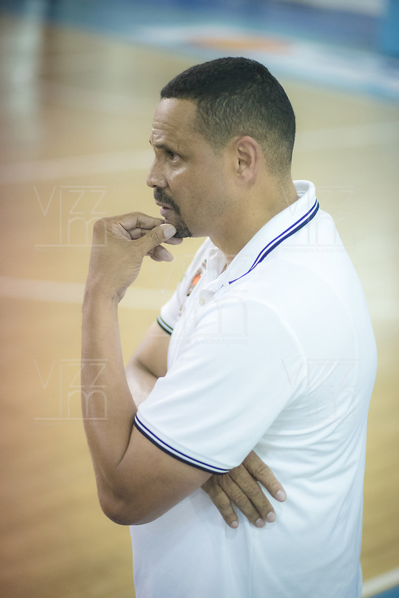SAN ANDRES - COLOMBIA. 29-11-2018:Tomás Díaz técnico de Titanes de Barranquilla.Acción de juego entre los equipos  Islands Warriors de San Andrés Islas y Titanes durante la final de la Liga Profesional de Baloncesto 2018 de Colombia  quinto partido de la serie final entre Islands Warrios de San Andrés y Titanes de Barranquilla disputado en el coliseo Genny Bay de San Andrés Islas. Titanes ganaron como visitantes por marcador de 74-79 en estra tiempo. / Tomas Diaz coach of Titanaes of Barranquilla.Action game between Island Warriors and Titanes of Barranquilla during match Professional League of Basketball 2018 of Colombia after fifth match of the final serie between Islands Warriors of San Andres and Titanes of Barranquilla played at Genny Bay coliseum in San Andres island. Titanes won as a visitant by score of 74-79 in extra time. Photo: VizzorImage / John Hudson / Cont