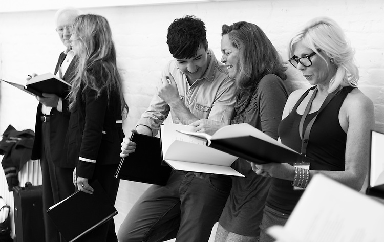 """King Lear"" rehearsed reading rehearsals. Old Vic Theatre. Director: Jonathan Miller. L to R: Robert Young, Honeysuckle Weeks, Jos Vantyler, Greta Scacchi, Felicity Dean."