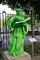 Nederland  Rotterdam - 2017. De grootste Rotterdammer aller tijden, Erasmus, wordt opnieuw geëerd met een beeld. Een grasgroen exemplaar vervaardigd door een grote 3D-printer, in de tuin van het Schielandshuis. Foto Berlinda van Dam / Hollandse Hoogte