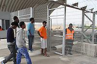 African refugees detainees go back to the detention center Holot, in the Negev dessert in Israel. Around 350 African refugees are been held in Holot detention center, despite big demonstrations held in Tel Aviv and Jerusalem against the detention. Photo: Quique Kierszenbaum
