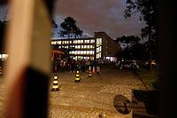CURITIBA, PR, 07.11.2016 - EDUCAÇÃO-PR –  Estudantes deixam o Colégio Estadual do Paraná após realização de reintegração de posse do Colégio Estadual do Paraná na noite desta segunda feira (07) em Curitiba (PR). (Foto: Paulo Lisboa/Brazil Photo Press)
