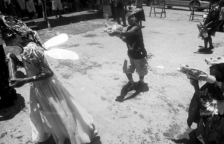 02.2010  Coroico (Bolivia)<br /> <br /> Enfants en jouant a la bataille d'eau durant le carnaval.<br /> <br /> Children playing water battle during carnival.