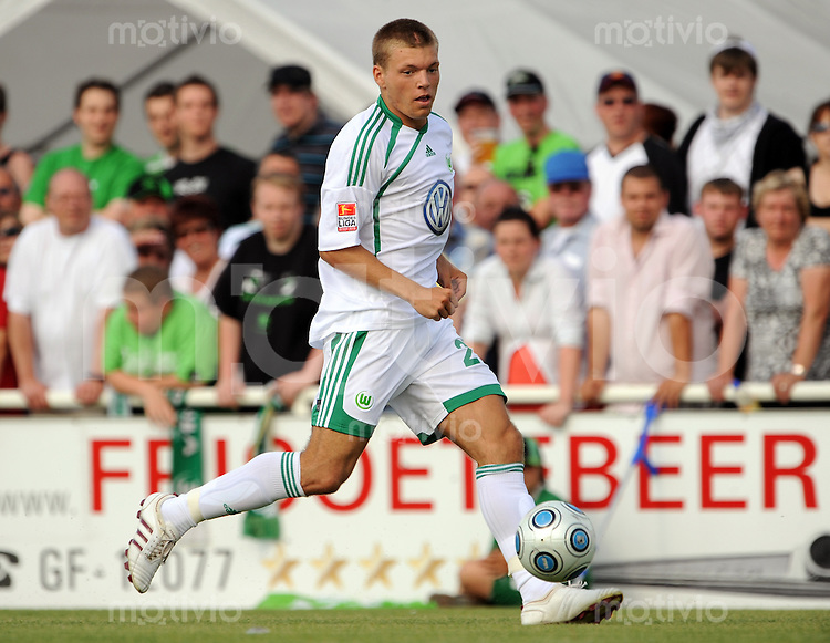 FUSSBALL   1. BUNDESLIGA   SAISON 2009/20010   TESTSPIEL Gruen-Weiss Calberlah - VfL Wolfsburg                 15.07.2009 Alexander ESSWEIN (VfL Wolfsburg) Einzelaktion am Ball