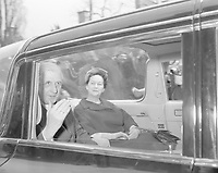 Depart du  general de Gaulle, 21 avril 1960<br /> <br /> Le depart du general Charles de Gaulle, assis a l'arriere d'une voiture en compagnie de son epouse Yvonne.