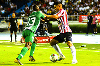 BARRANQUILLA-COLOMBIA, 20-11-2019: Teófilo Gutiérrez de Atlético Junior y Helibelton Palacios de Atlético Nacional durante partido entre Atlético Junior y Atlético Nacional, de la fecha 4 de los cuadrangulares semifinales por la Liga Águila II 2019, jugado en el estadio Metropolitano Roberto Meléndez de la ciudad de Barranquilla. / Teofilo Gutierrez of Atletico Junior and Helibelton Palacios of Atletico Nacional battle for the ball, during a match between Atletico Junior and Atletico Junior, of the 4th date of the quarter semifinals for the Aguila Leguaje II 2019 played at the Metropolitano Roberto Melendez Stadium in Barranquilla city. / Photo: VizzorImage / Alfonso Cervantes / Cont.