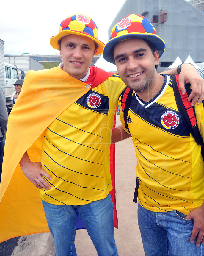 SAO PAULO Cotia - BRASIL -11-06-2014. Hinchas colombianos viven una fiesta alrededor del entrenamiento de la selección de fútbol de Colombia en su sitio de entrenamiento en Cotia previo a su primer partido ante Grecia en la Copa Mundial de la FIFA Brasil 2014./ Fans of Colombia live a party around the training of Colombian Soccer team in Cotia prior their first match against Grece in the 2014 FIFA World Cup Brazil. Photos: VizzorImage/ Alfredo Gutiérrez /CONT