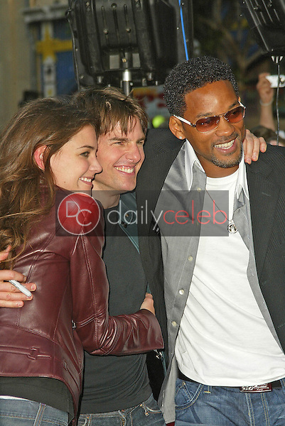 """Katie Holmes, Tom Cruise and Will Smith<br /> at the """"War of the Worlds"""" Los Angeles Premiere, Chinese Theater, Hollywood, CA 06-27-05<br /> David Edwards/DailyCeleb.Com 818-249-4998"""