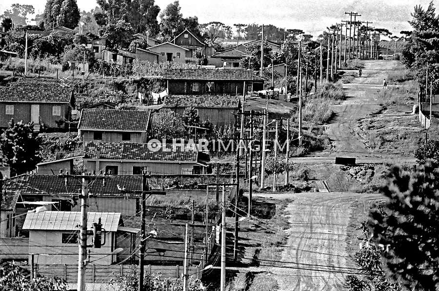Casas em rua de terra na periferia de Curitiba. Paraná. 1980. Foto de Juca Martins.