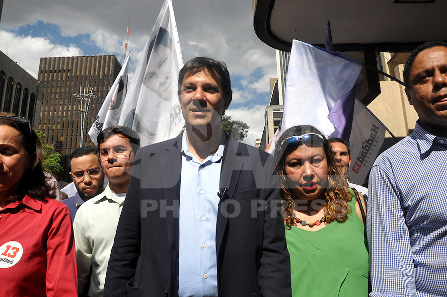 SAO PAULO, SP, 22 DE AGOSTO 2012 – O candidato a prefeitura da cidade Fernando Haddad (PT) durante caminhada eleitoral na Avenida Paulista. (FOTO: THAIS RIBEIRO / BRAZIL PHOTO PRESS).