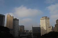 SAO PAULO, SP, 20-02-2013, CLIMA TEMPO. Sao Paulo amanheceu com uma leve nevoa na manha dessa Quarta-feira (20). Foto feita no centro de Sao Paulo.  Luiz Guarnieri/ Brazil Photo Press.