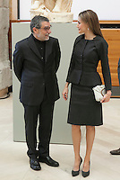 Queen Letizia of Spain poses with the 2013 Velazquez Visual Arts Award winner Jaume Plensa during the ceremony at Prado Museum in Madrid, Spain. November 17, 2014. (ALTERPHOTOS/Victor Blanco)