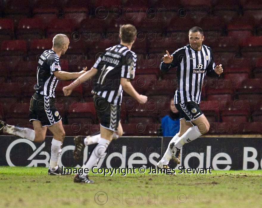:: ST MIRREN'S MICHAEL HIGDON CELEBRATES AFTER HE SCORES THE WINNER  ::