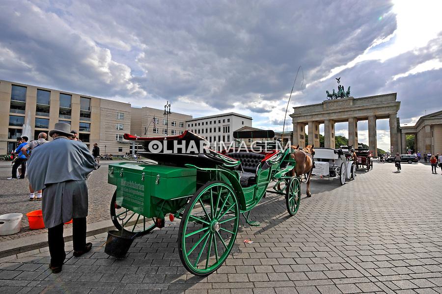 Carruagem de turismo no Portao de Brandemburgo. Berlin. Alemanha. 2011. Foto de Juca Martins.