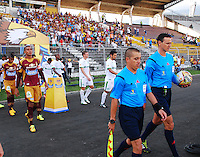 IBAGUÉ -COLOMBIA, 26-01-2006. Arbitros y jugadores de Deportes Tolima y Deportivo Cali salken al campo de juego previo al encuentro por la fecha 4 de la Liga Aguila I 2015 jugado en el estadio Manuel Murillo Toro de la ciudad de Ibagué./ referees and players of  Deportes Tolima and Deportivo Cali go inside the field prior the match for the 4th date of the Aguila League I 2015 played at Manuel Murillo Toro stadium in Ibague city. Photo: VizzorImage/STR