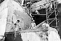 Iraq 2010 .Bengali workers on a building site in Suleimania  .Irak 2010 .Ouvriers bengalis sur le chantier d'une tour a Suleimania