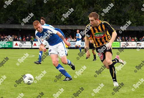 2011-09-11 / Voetbal / seizoen 2011-2012 / Vosselaar - Zwarte Leeuw / Ricky Coertjens (Zwarte Leeuw) probeert met een snelle omschakeling Frederc Beckx te verrasen.