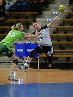 Stefanie Melbeck (BSV) im Sprungwurf, links Alena Vojtiskova (FAG)