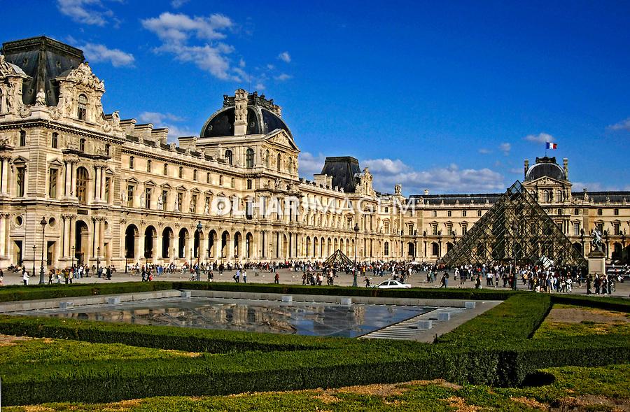 Pirâmide do Museu do Louvre, Paris. França. 2005. Foto de Rogério Reis.